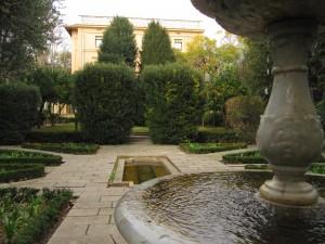Les dues murtres, els dos teixos i, al fons, el palauet de la Tamarita. Fotografia de Maria Josep Tort