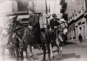 Membres de la colla dels burrets a plaça Mañé i Flaquer, davant de can Benet.