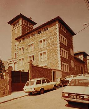 La torre de la família Abadal cap a mitjans dels anys setanta, seu del col·legi. Fotografia del Col·legi Canigó