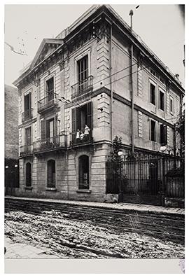 La casa de Joan Maragall al carrer Alfons XII, 79, amb la seva esposa Clara i alguns dels seus fills i filles, a principis segle XX. Fotografies de l'Arxiu Joan Maragall