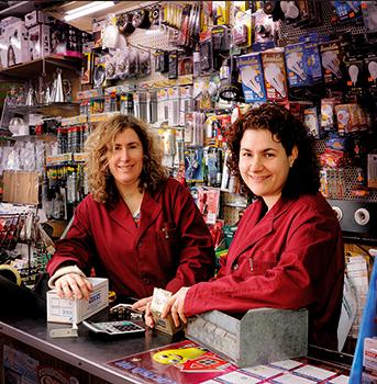 Ángeles i Pilar a la ferreteria Peña. Fotografia de Javier Sarda