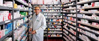 """Enric Escarrà a la sala de """"trofeus"""". Segons l'Enric, cada producte farmacèutic el fruit de llargues recerques de laboratori, per tant, també són uns trofeus que el farmacèutic administra als seus clients. Fotografia de Javier Sardá"""