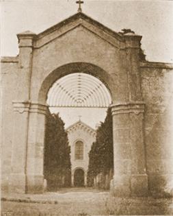 La porta d'accés al recinte monacal del convent. Fotografies de l'Arxiu Provincial del Caputxins
