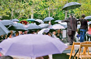 La pluja va aparèixer poc abans de començar l'homenatge a Pau Casals. Fotografia de Javier Sardá