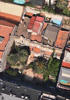 Vista d'ocell de les cases números 106, 108 i 110 del carrer Bertran que s'han enderrocat la primavera de 2014.