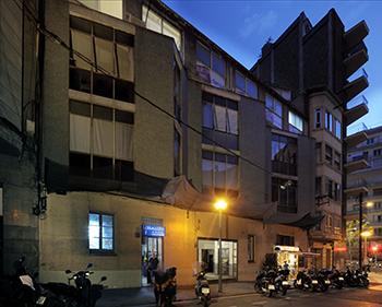 Vista de l'exterior de la serralleria al carrer Atenes prop de la Ronda del Mig. Fotografia de Javier Sardá