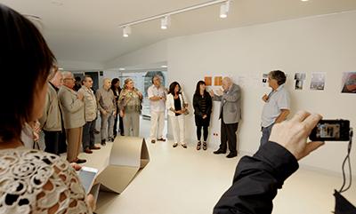 Inauguració de l'exposició de Magel Landet, Transicions. De dreta a esquerra, Josep M. Cadena, Magels Landet i Conxita Mataró. Fotografia de Javier Sardá