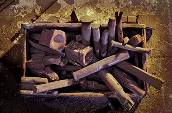 Un grapat d'eines antigues per fer treballs de forja. Fotografies de Javier Sardá