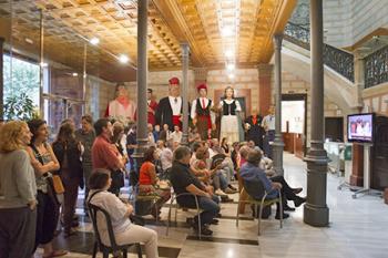 Molta gent va seguir per un monitor des del vestíbul, la Constitució del nou Consell del Districte. Fotografia de Rosa Castells