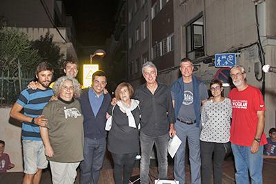 Albert Om amb el regidor Gerardo Pisarello, el president del Consell de Districte Jordi Martí, i membres de l'Associació de Veïns. Fotografia de Rosa castells