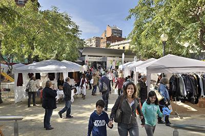 Mostra de Tardor a la plaça de Joaquim Folguera, amb les parades de la fira de comerciants. Fotografia de Javier Sardá A la fotografia destacada, instantpania de la fash mood del Mercat.
