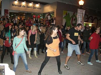 A dalt, concert de 3XRumba. A sota, la flashmoob dels venedors del mercat. Fotografia del Mercat de Sant Gervasi.