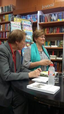 Montserrat Serrallonga, autora del llibre, i la periodista Dolors Massot que el va presentar. A la fotografia destacada, vista de la llibreria Troa Garbí on va tenir lloc la presentació. Fotografies cedides per la llibreria Troa Garbí