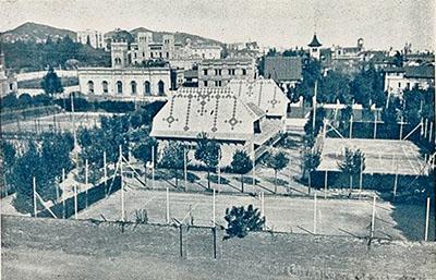 Vista general del barri del Galvany amb les pistes de tennis de la Reial Societat Sportiva Pompeia en primer pla; al fons es veu, a l'esquerra, el palauet i, a la dreta, la torre modernista de la casa Llorach. A la fotografia destacada, vl'antic palauet del marquès d'Alella, els anys vint.