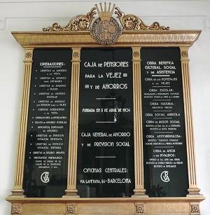 Antic panell a l'entrada del centre. A la imatge destacada, façana de la seu de l'Espai Bonanova, al carrer Muntaner. Fotografies de l?Esplai Bonanova