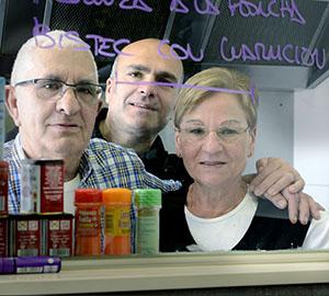 A dalt, Rufo darrere la barra del Bar Peña. A sobre, Domingo, Carlos i Rosario, a la cuina. Al sota, fotografia de Marián, la filla, en el local abans de la reforma del 2008; foto proporcionada per la família Franganillo. A la imatge destacada, vista general del bar a l'actualitat. Fotografies de Javier Sardá