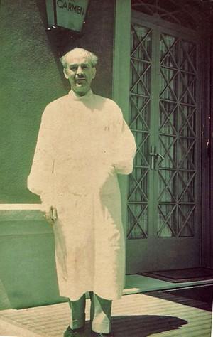 El doctor amb bata blanca, davant de la porta principal de la Clínica del Carmen.  A sota, estat actual de degradació del jardí i de la torre. A la imatge destacada, el doctor Ripoll amb la seva esposa. Aquestes fotografies familiars han estat facilitades per Marc Ripoll, nét del doctor.