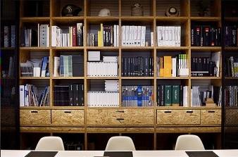Dues mostres de dissenys actuals de mobiliari d'oficina, d'Instaldeco. A la imatge destacada, Emili Ollé. Fotografies de Javier Sardá
