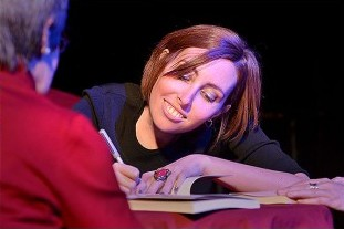 Tanit Tubau signant llibres a la sala Luz de Gas.  A la imatge destacada, vista  general de la sala  des de la taula que Tanit va compartir amb l'amiga Ari, el doctor Panés, i la seva mare, la Rosana. Fotografies de Javier Sardá