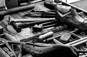 Vistes del taller on conviuen eines tradicionals amb altres de modernes, però totes elles especialment escollides per l'artesà sabater. Fotografies de Javier Sardá