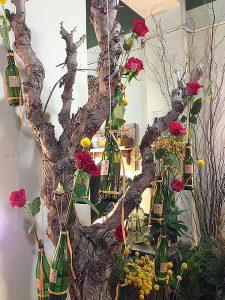 Diverses fotografies amb composicions florals en moti de Sant Jordi. Fotografies de la Floristeria The Boj