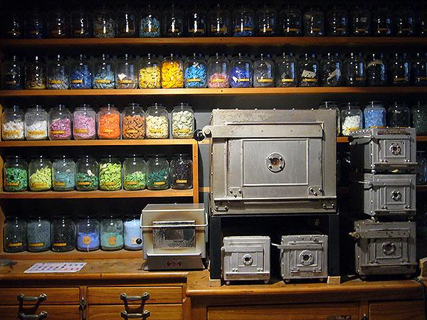 El taller de l'esmaltista, amb  els pigments de vidre ben classificats i els forns. Fotografia cedida per Francesc Vilasís-Capalleja