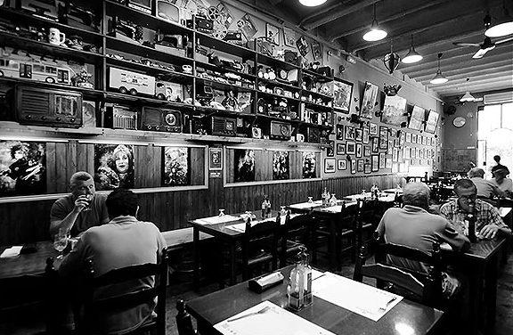 De dalta a baix, l'equip de la cuina; el grup de la barra i servei; el menjador amb l'exposició d'andròmines i fotografies antigues del barri. Fotografies de Javier Sardá