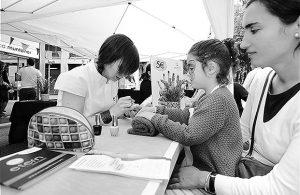 Diverses fotografies de la Mostra de Comerç de Sant Gervasi 2016, al carrer Muntaner. Fotografies de Javier Sardá