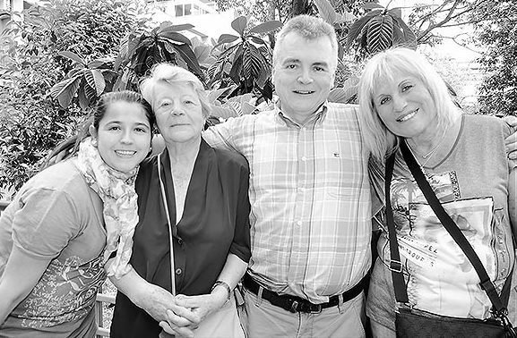 Voluntaris de l'Associació de Veïns i Amics del Putxet. A la fotografia destacada, vista general del vermut amb jazz als jardins de Portolà. amb el Trio Jazz Band, concert que va aplegar cap a 150 persones. Fotografies: Javier Sardá