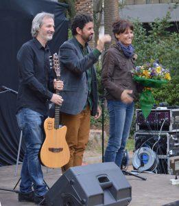 D'esquerra a dreta, José Santiago, Juan Manuel Galeas i Sílvia Bel,  a l'escenari del Turó Parc. A la imatge destacada, una font al Turó Parc. Fotografies de Roser Díaz