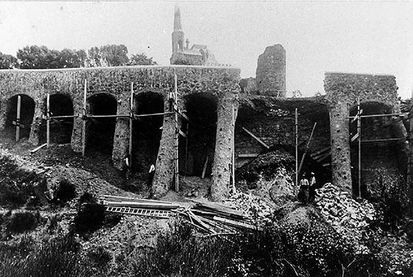 Fotografia de cap el 1908, d'autor desconegut. A peu de pàgina. fotografia actual, de Javier Sardà. A la imatge destacada, fusió entre les dues fotografies.
