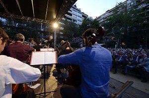El mestre Ros-Marbà dirigeix l'orquestra de violoncels.  A la imatge destacada, vista general de l'acte. A sota, vista panoràmica de la Diada Pau Casals. Fotografies de Javier Sardá