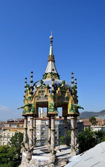 El templet de la Rotonda, des de la terrassa. Fotografia de Carme Rocamora. A la imatgde destacada, l'edifici dels de la plaça Kennedy. Fotografia d'Anna Mas - Núñez i Navarro