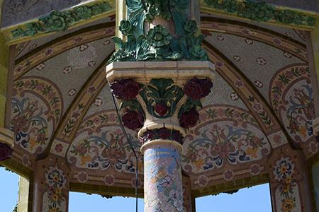 Detall de la decoració modernista del templet. Fotografia de Carme Rocamora