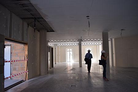 Interior de l'edifici, amb les úniques jàceres de ferro que s'han pogut recuperar de l'edifici original. Fotografia de Carme Rocamora