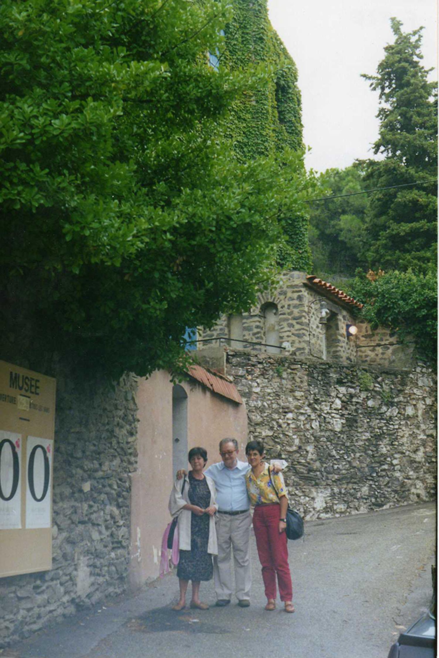 Pepa Llòpis, Brossa i Bordons davant a Ceret, el Rosselló, el 1990. A la imatge destacada, Joan Brossa i Glòria Bordona al local La Belle Époque, l'any 1993. Fotografies cedides per Glòria Bordons