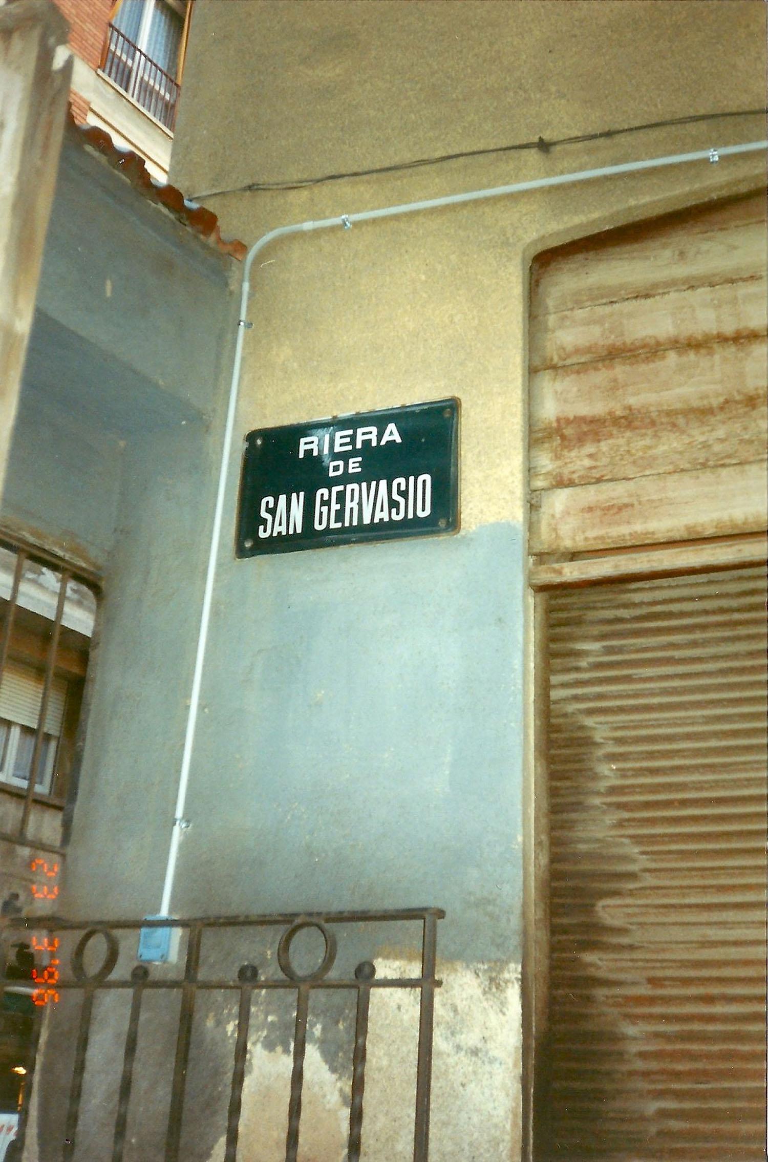 Un indici de la riera: placa del carrer Laforja. Fotografia de Pep Arisa