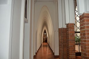 Arcs parabòlics de Gaudí en la primera planta del convent de les Teresianes. Fotografia de Roser Díaz