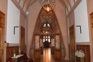A  dalt, retrat d'Enric d'Ossó i Cervelló, fundador de l'orde de Santa Teresa, al costat d'una columna de Gaudí. A sobre, interior del convent. A la imatge destacada, vista del convent de les Teresianes, des del jardí interior. Fotografies de Roser Díaz