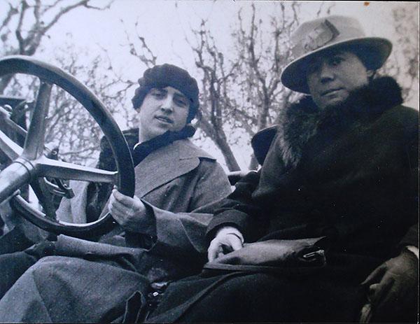 A l'esquerra, Lluïsa Vidal -a la dreta- amb Teresa, la seva germana petita, cap al 1910. Fotògraf desconegut. Fotografia cedida per Consol Oltra. A la imatge destacada, A la dreta, Consol Oltra a la inauguració de l'exposició, amb Miquel Roca, president del MNAC. Fotografia: Marta Mérida - MNAC