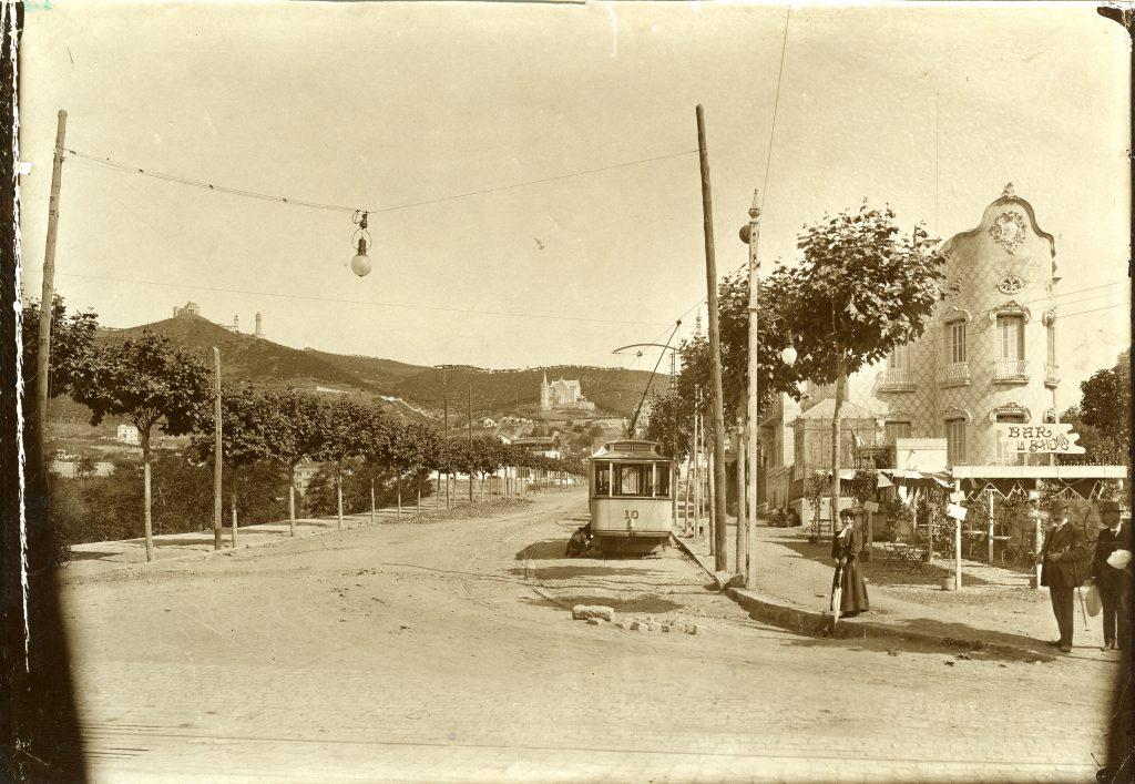 Fotografia d'autor desconegut, cedida per l'Arxiu Fotografic de  Barcelona (AFB). La fotografia actual és de Javier Sardá que ha fet  el muntatge fusionant la fotografia antiga, anterior a 1905.