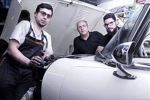 Manuel Ruera amb els mecànics Luis Carvajal i Ignacio Hijano, al taller. Fotografia: Javier Sardá