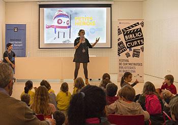 Baibliocurts kids, a la Biblioteca de Sant Gervasi. A la imatge destacada, els directors i un actor (al mig) de la segona sessió de Barcelona en curt. Fotografies cedides per la organització