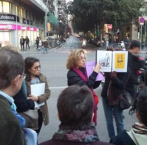 """L'inici de la ruta literària, a la plaça Molina. A la imatge destacada, el poema visual """"Lletres fugisseres"""" a la seu de Bertelsmann. Fotografies Grace McCormick"""