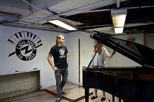 L'Aina i en Miquel, amb el piano. Fotografies de Carme Rocamora