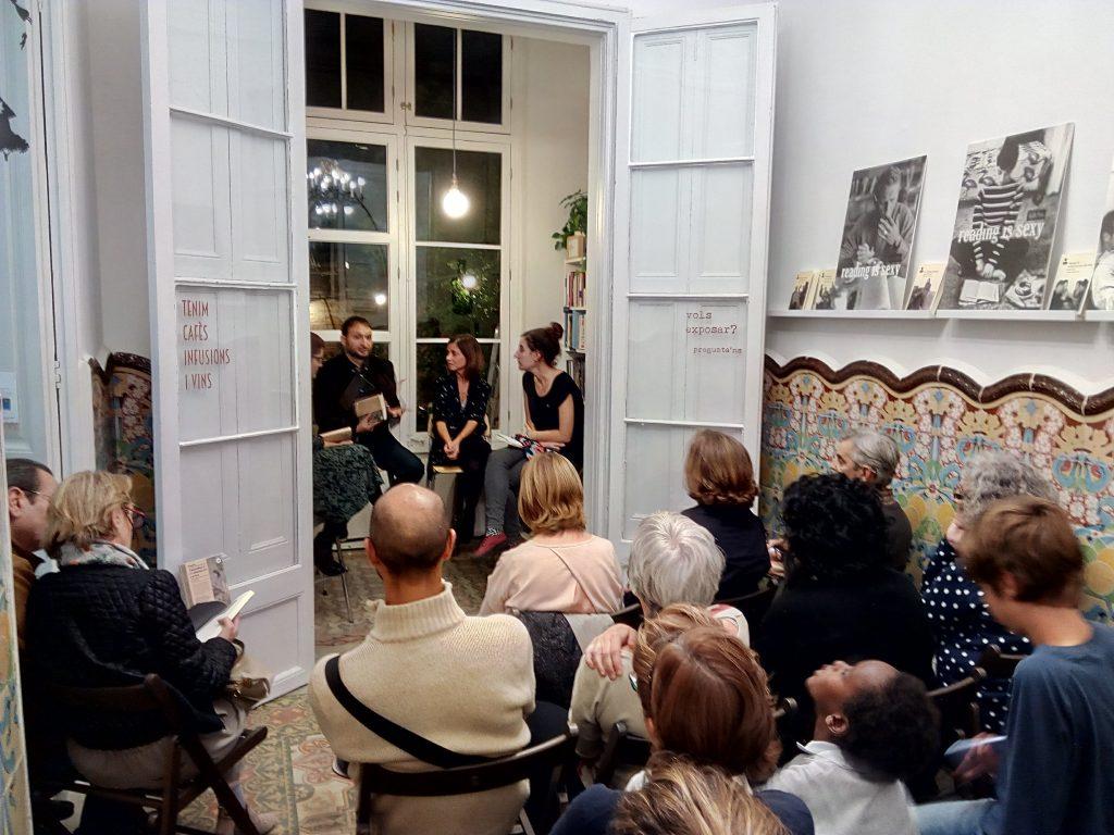 El dia 21 d'octubre Marta Orriols va presentar el seu llibre de relats a la Casa Usher, acompanyada de l'Adrià, l'editor de Periscopi, i dues llibreteres, l'Anna i la Fe. Fotografia Casa Usher