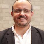 Alejandro Fernandez Alejandro Fernandez mantiene un encuentro con afiliados y simpatizantes del distrito de Chamberi. 45347799904 cropped